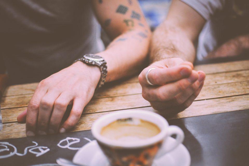 pár - káva - mileniálové - hipstři