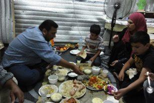 Iftár, čili ramadánová večeře, doma ve stanu Safvána a Zajnab