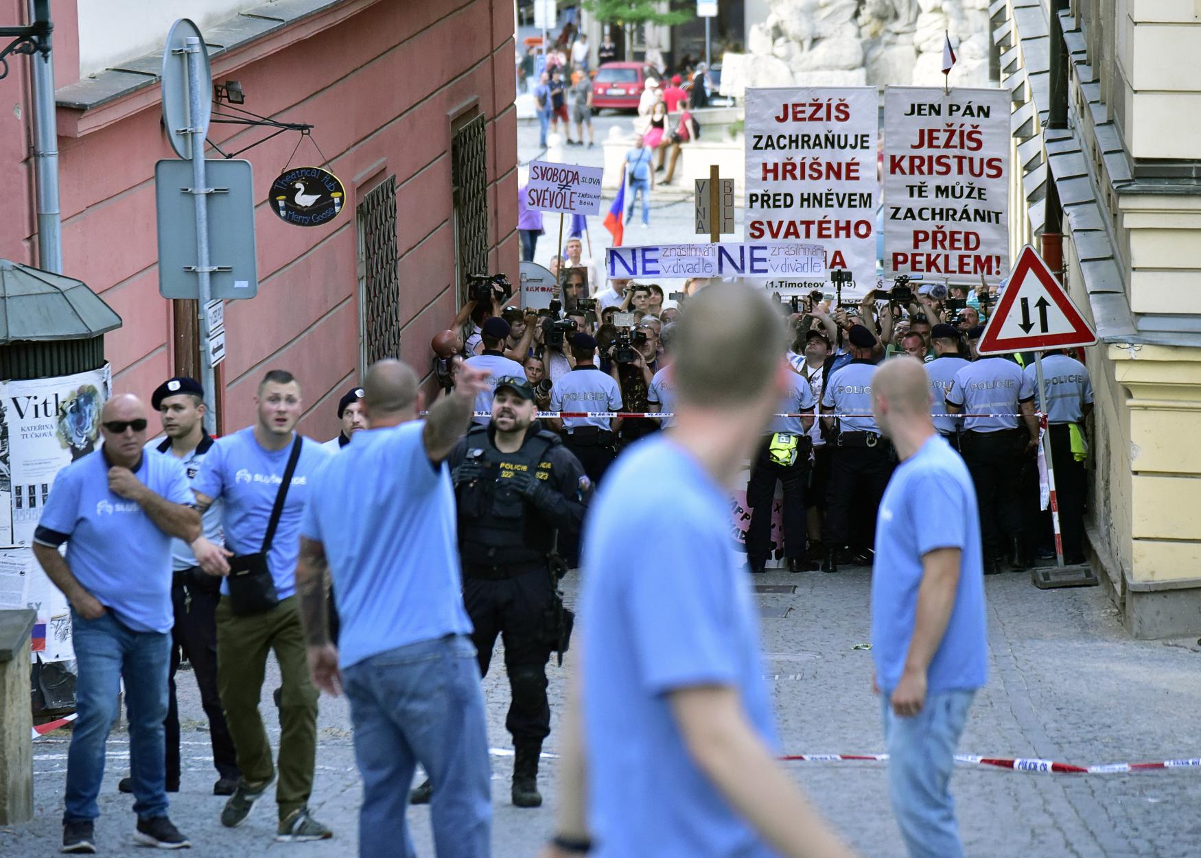 Členové hnutí Slušní lidé v modrých tričkách odcházejí od bočního východu brněnského Divadla Husa na provázku