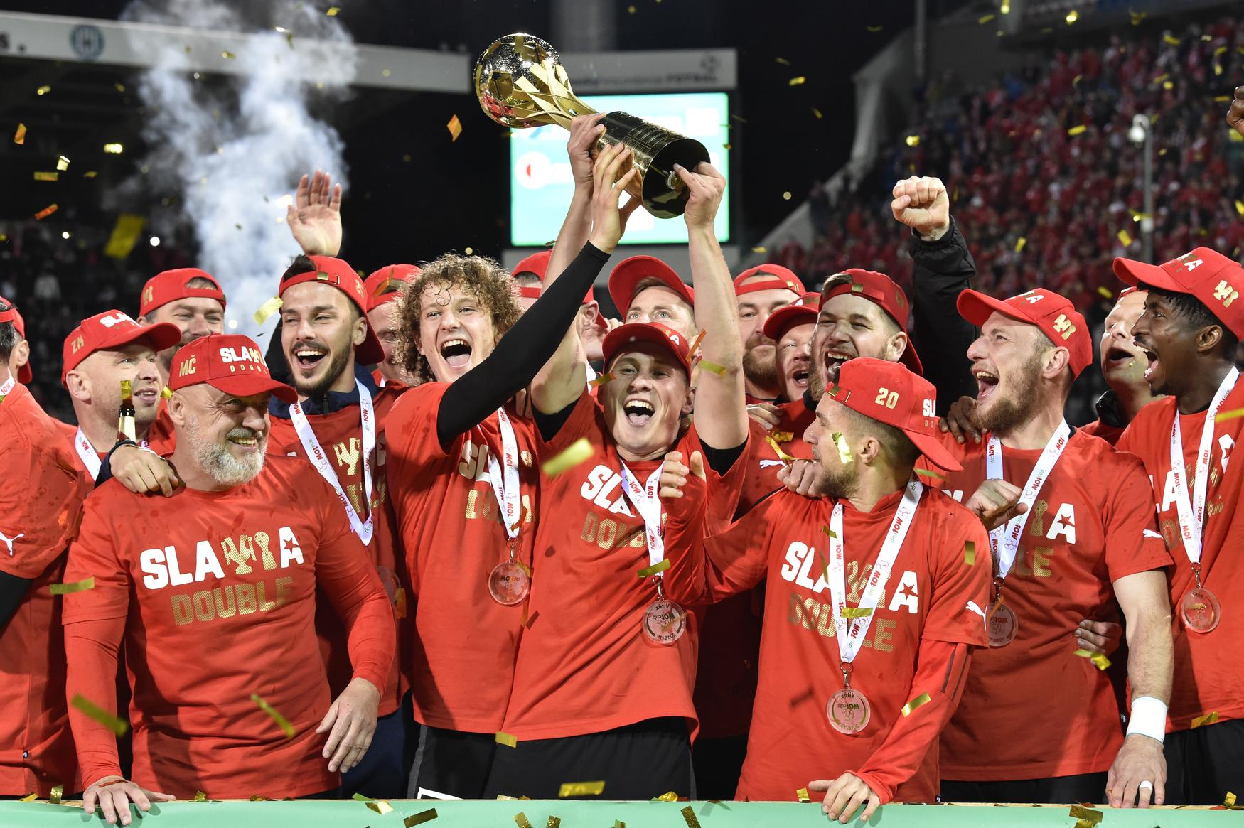 Fotbalisté Slavie s trofejí pro vítěze MOL Cupu